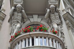 Rzeźby nad balkonem fotografia stock
