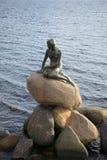 Rzeźby syrenka na tle denne fala copenhagen Denmark Zdjęcie Stock