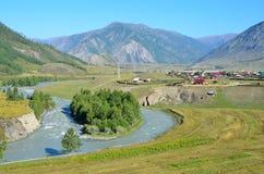 Rzeczna Chuya i Chibit wioska, Altai góry, Rosja Zdjęcie Royalty Free