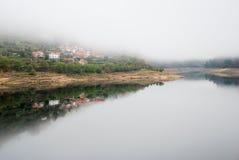 Rzeczna i odbijająca wioska Zdjęcie Royalty Free