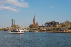 Rzeczna magistrala, wycieczki turysycznej łódź i kościół Trzy królewiątka w Frankfurt, obraz royalty free