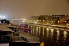 Rzeczna nawigacja w zimy miastowym środowisku obrazy royalty free