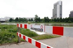 Rzeczna Neckar powódź, blokada drogi znak, bariera, wysoki budynek zdjęcie royalty free