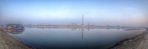 Rzeczna panorama w Pyongyang Obrazy Stock
