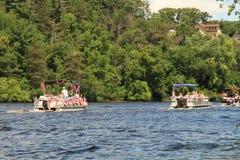 Rzeczna pontonowa parada przechodzi dom w Eau Claire Wisconsin Zdjęcie Stock