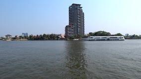 Rzeczna rejs łódź przechodzi przed luksusowym kondominium zbiory wideo