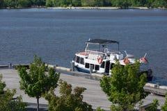Rzeczna rejs łódź Przy molo fotografia stock