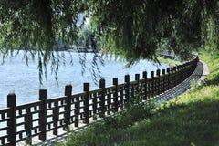 Rzeczna strona ogrodzenie obrazy stock