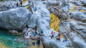 Rzeczna Verzasca Dolina, Szwajcaria - Turyści Obraz Stock