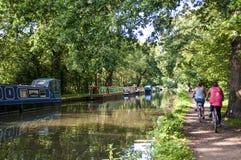 Rzeczna Wey nawigacja, cykliści na towpath i, Surrey, Anglia, Zjednoczone Królestwo obraz stock