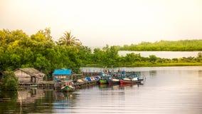 Rzeczna wirh łodzi wioska Zdjęcie Stock