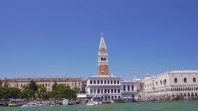 Rzeczna wycieczka turysyczna Wenecja, widok St Mark dzwonnica i bazylika, zwiedzająca wycieczka zdjęcie wideo