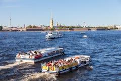 Rzeczne rejs łodzie na Neva rzece w lato słonecznym dniu Zdjęcia Royalty Free