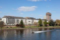 Rzecznej magistrali i nabrzeża budynki w Frankfurt fotografia stock