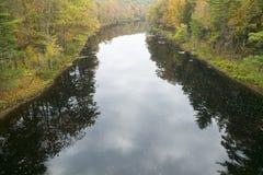 Rzeczni bieg przez jesień koloru zachodni Massachusetts, Nowa Anglia Zdjęcia Stock