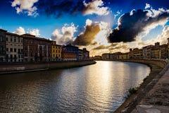 Rzeczny Arno i nabrzeża zmierzch przy Pisa Fotografia Royalty Free