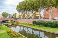 Rzeczny Bassa blisko historycznego budynku losu angeles Castillet w Perpignan zdjęcia stock