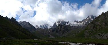 Rzeczny bieg między kamieniami w zielonej dolinie Obraz Royalty Free