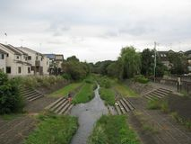 Rzeczny bieg przez obszaru miejskiego w Tokio, Japonia zdjęcie stock