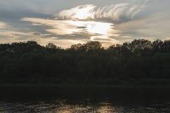 Rzeczny bieg przez z odbiciami w wodzie Wieczór zmierzch z menchiami i fiołkami barwi w niebie sylwetki Zdjęcia Stock