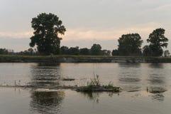 Rzeczny bieg przez z odbiciami w wodzie Wieczór zmierzch z menchiami i fiołkami barwi w niebie sylwetki Fotografia Royalty Free