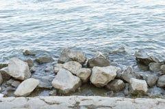Rzeczny brzeg z skałami popołudniowymi Zdjęcie Stock