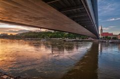 Rzeczny Danube pod Najwięcej SNP mostu obrazy royalty free