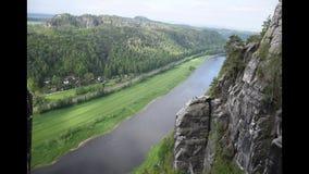 Rzeczny Elba w sasa Szwajcaria odgórnym widoku blisko Bastei mostu, Sachsen, Niemcy zbiory wideo
