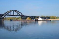 Rzeczny holownik OT-2078 z barką przechodzi most na rzecznym Volga Rybinsk, Yaroslavl region Zdjęcie Stock