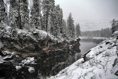 Rzeczny jar i skały w zimie Fotografia Royalty Free