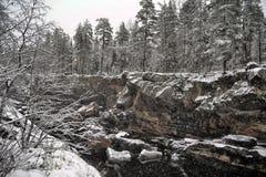 Rzeczny jar i skały w zimie Obraz Stock