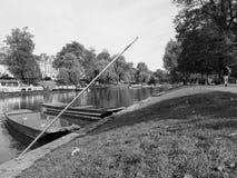 Rzeczny krzywka punting w Cambridge w czarny i biały obraz stock