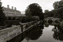 Rzeczny krzywka w Cambridge z odbiciem monochrom Obraz Stock