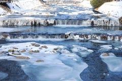 Rzeczny Labe Elbe z lodem w zimie w narciarskim areal Spindleruv Mlyn zdjęcia royalty free