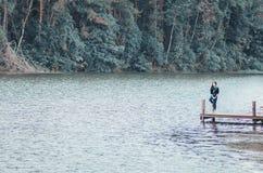 Rzeczny las i młode kobiety fotografia stock