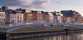Rzeczny Liffey w Dublin, Irlandia z Halfpenny mostem i rz?dem budynki na brzeg rzekim zdjęcie stock