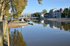 Rzeczny Mayenne przy Laval w Francja Zdjęcie Royalty Free