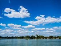 Rzeczny niebieskie niebo Zdjęcia Royalty Free
