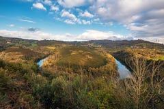 Rzeczny Nora meander w Asturias, Hiszpania zdjęcia royalty free