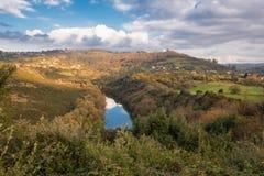 Rzeczny Nora meander w Asturias, Hiszpania obraz stock