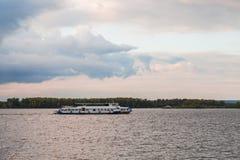 Rzeczny pasażerski statek na rzece przy zmierzchem Volga rzeka, Samara miasto, Rosja Obrazy Royalty Free