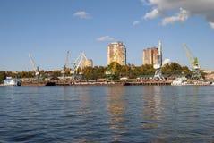 Rzeczny port i holownik zdjęcie royalty free