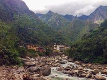 Rzeczny prowadzić Aguas Calientes w Andes górach Zdjęcie Royalty Free
