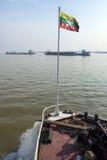 Rzeczny ruch drogowy Myanmar - Irrawaddy rzeka - Zdjęcie Stock