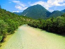 Rzeczny Soca blisko Bovec jest popularnym miejscem przeznaczenia dla kayaking i zdjęcie stock