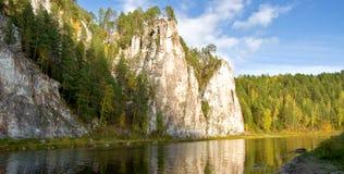 Rzeczny spływanie między górami Obrazy Royalty Free