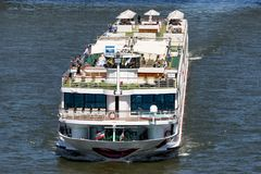 Rzeczny statek wycieczkowy CC$rosa BRAVA na rzecznym Rhine obraz royalty free