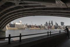 Rzeczny Thames pod Blackfriars mostem z St Paul katedry, sławnego i rozpoznawalnego religijnym widokiem Londyn w Anglia, UK zdjęcie royalty free