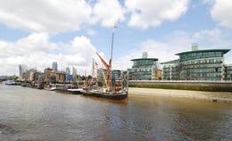 Rzeczny Thames przy Wapping, St Katharine dokami, Cynobrowym Whaf i President's Quay, Wapping brzeg rzeki fotografia royalty free