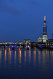 Rzeczny Thames, wierza most i czerep, Londyn przy nocą Fotografia Stock